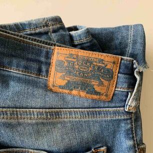 Crocker Jeans  (Motsvarar en M i storlek) Åtsittande  Hål i knän + färgdetaljer i vitt runt knän