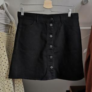 !!BUDA!! Svart kjol i jeans tyg från Monki. Oanvänd. Frakt 49kr 💘 Har lagt upp massa nytt och oanvänt nu så kolla igenom resten av min sida om du hittar något mer! Samfraktar och vid köp av 2 plagg eller mer ingår frakten 🌺