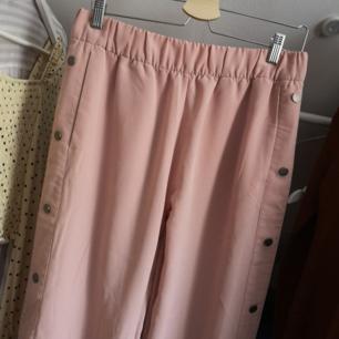 !!BUDA!! Ljusrosa byxor från Monki. Helt oanvända. Frakt 49kr💘Har lagt upp massa nytt och oanvänt nu så kolla igenom resten av min sida om du hittar något mer! Samfraktar och vid köp av 2 plagg eller mer ingår frakten 🌺