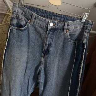 !!BUDA!! Superfina jeans från Monki. Oanvända av mig. Snygg detalj på sidan av benen! Midjan är 76cm. Snygga mom jeans helt enkelt! Frakt 49kr 💘  Har lagt upp massa nytt och oanvänt nu så kolla igenom resten av min sida om du hittar något mer! Samfraktar och vid köp av 2 plagg eller mer ingår frakten 🌺