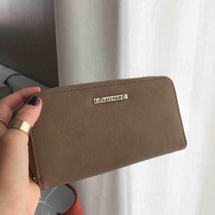 Skit snygg plånbok ifrån Björn Borg. Den har en brun/beige färg💕