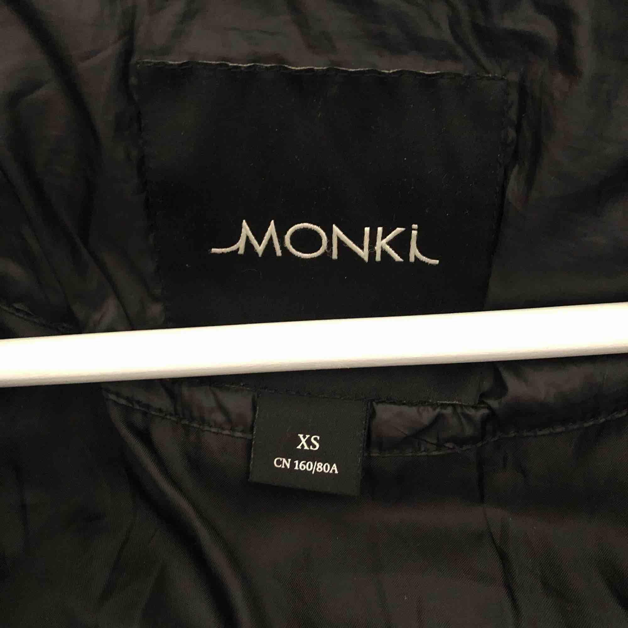 Vinterjacka från monki, inköpt för ett par år sedan men enbart använt en vinter. . Jackor.