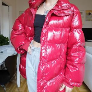 Sjukt fin vinyl puffer jacka från zara i nyskick sjukt varm passar perfekt för höst och vinter!
