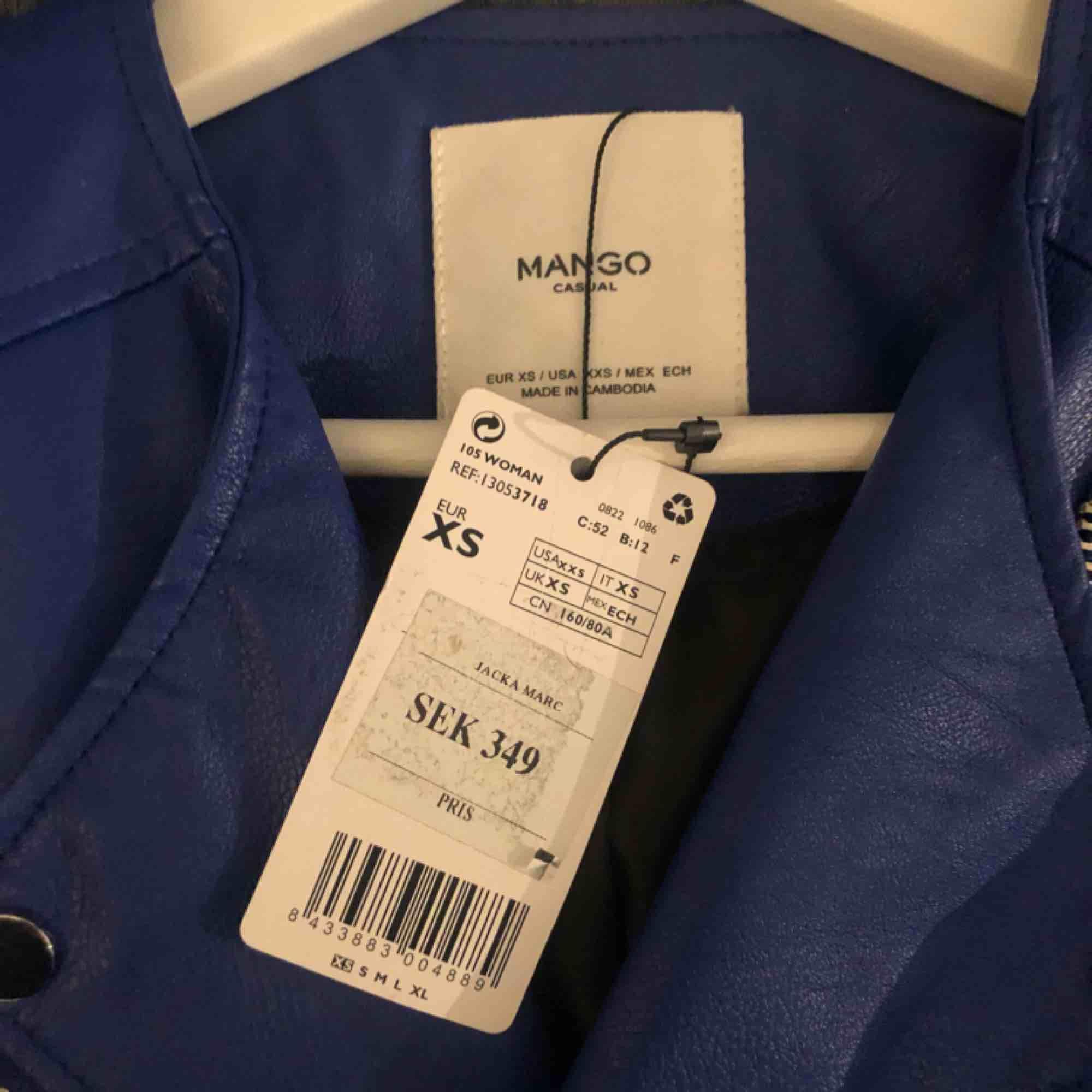 Skitsnygg blå skinnjacka från mango, oanvänd! (Inköpt för 349) Storlek XS man passar en S. Jackor.