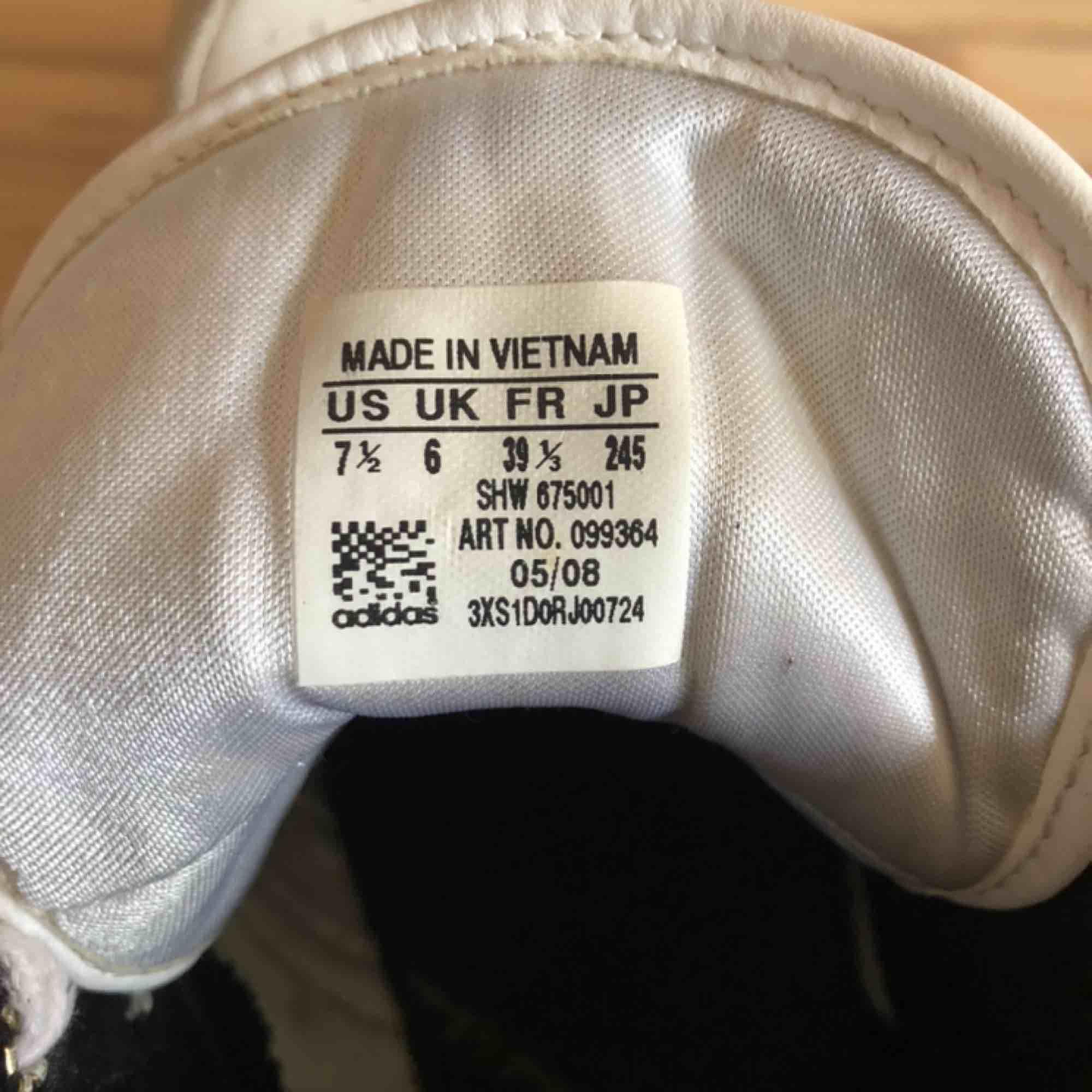 Schyssta adidasskor, säljer för jag inte använt dem på länge! Storlek 39, men passar mig som har 38. . Skor.