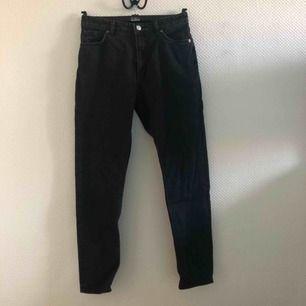 Svarta mom-jeans från Monki!✨✨ W30 passar strl EU 38-40 🌸
