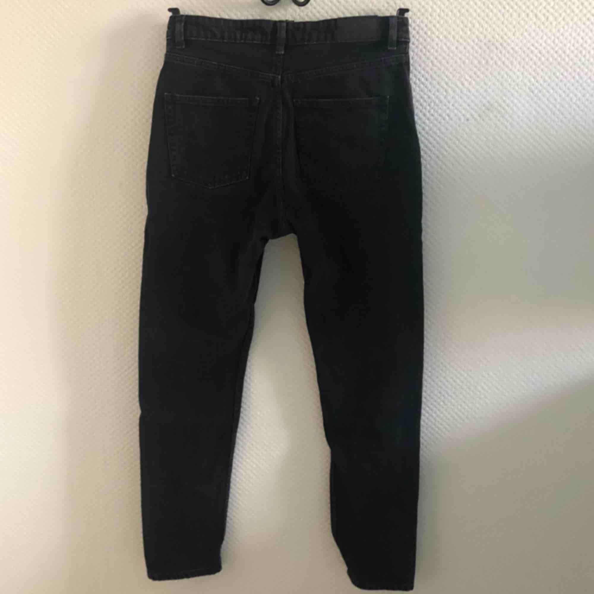 Svarta mom-jeans från Monki!✨✨ W30 passar strl EU 38-40 🌸. Jeans & Byxor.