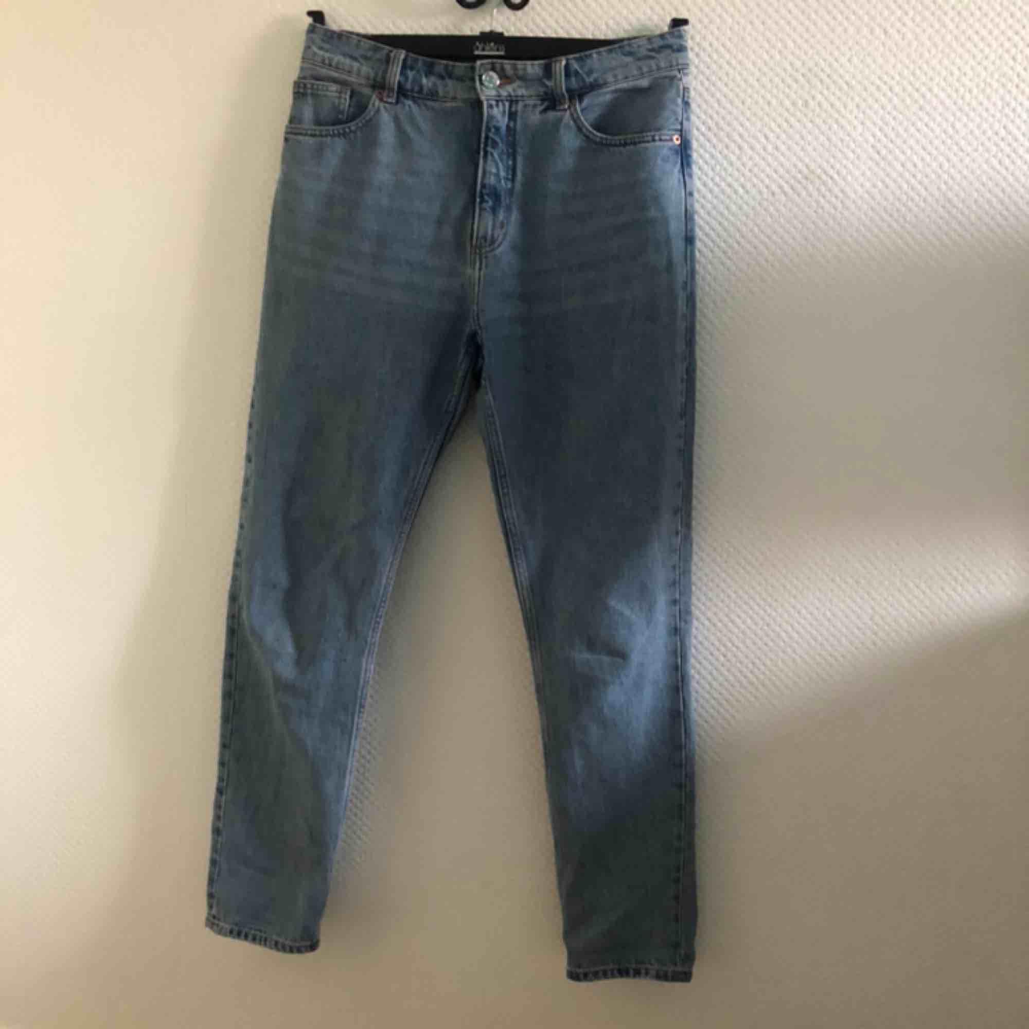 Blåa mom-jeans från Monki✨✨ Storlek W30 passar EU 38-40🌸. Jeans & Byxor.
