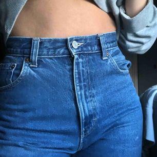 Blåa jeans. De är strl 36 men jag har 38 egentligen