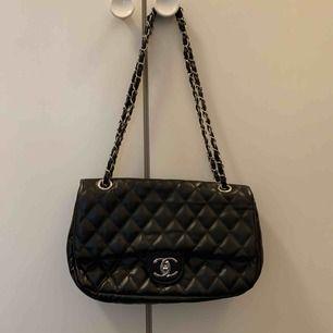 Söt Chanel väska ej äkta!