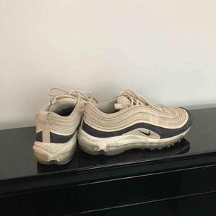 Säljer nu mina snygga Nike Air Max 97. Har haft dom i cirka ett halvår men har tyvärr inte fått så mycket användning för dom som jag trodde. Har inte tvättat skorna ännu men såklart gör jag det innan jag skickar iväg dom!🥰