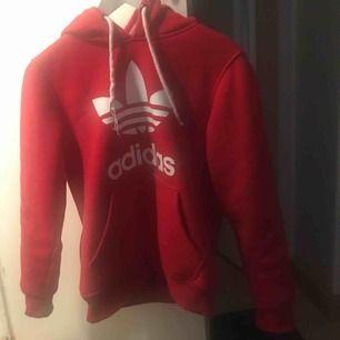 Hej jag säljer min fina Adidas hoodie ifrån Adidas hemsida 😀 Den säljes för den inte är i användning så mycket längre ! Frakt står köparen för ❤️