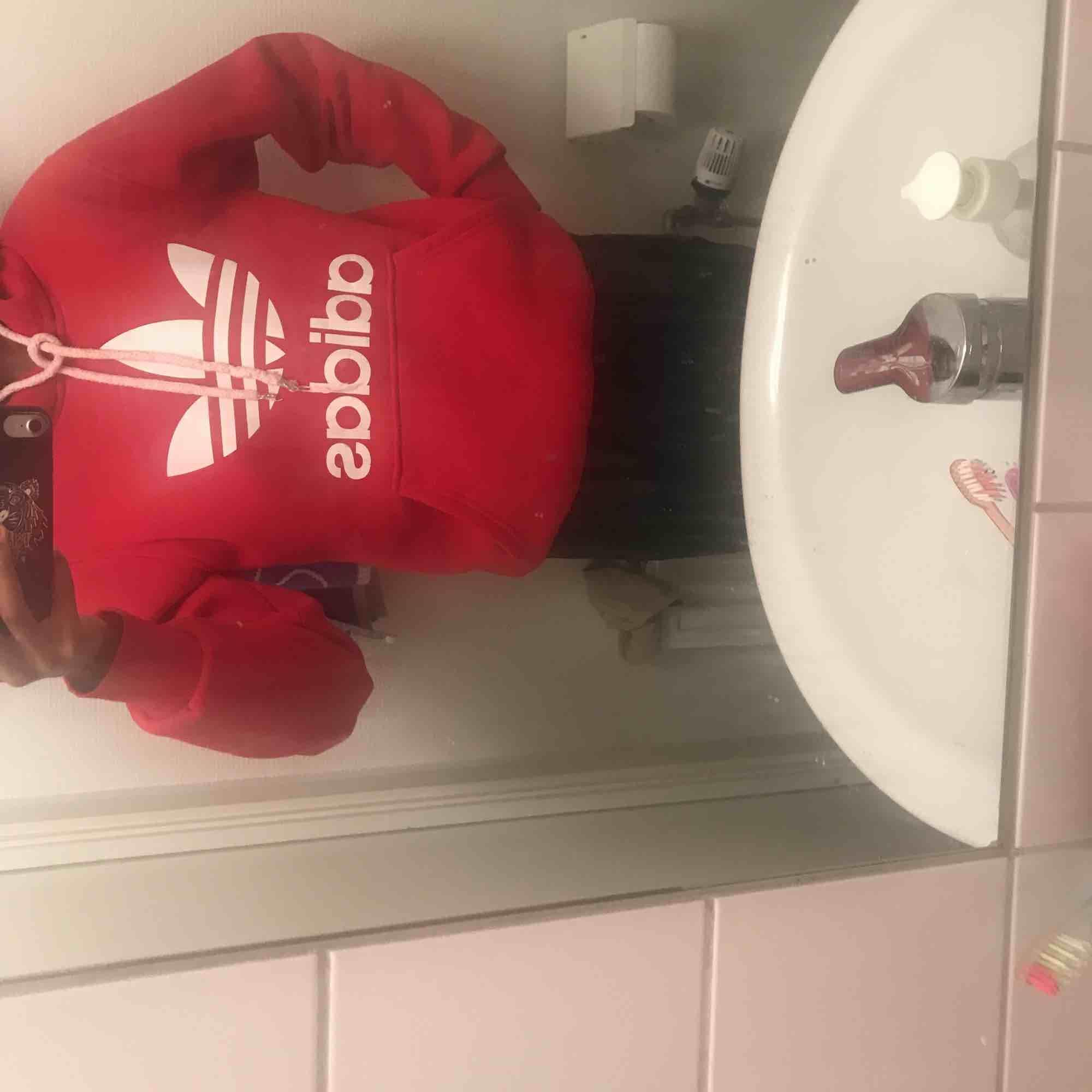 Hej jag säljer min fina Adidas hoodie ifrån Adidas hemsida 😀 Den säljes för den inte är i användning så mycket längre ! Frakt står köparen för ❤️. Huvtröjor & Träningströjor.