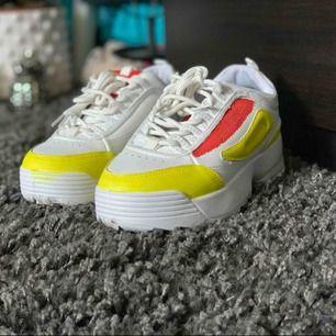Coola skor som jag målat själv, aldrig använda  (Köparen står för frakt)