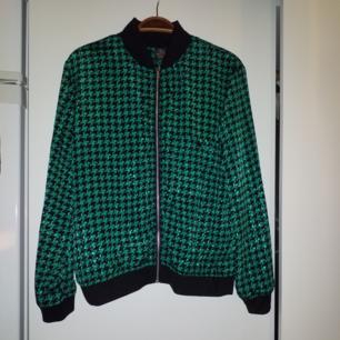 Oanvänd tunn jacka/kofta/tröja i lite glansigt material från beyond retro