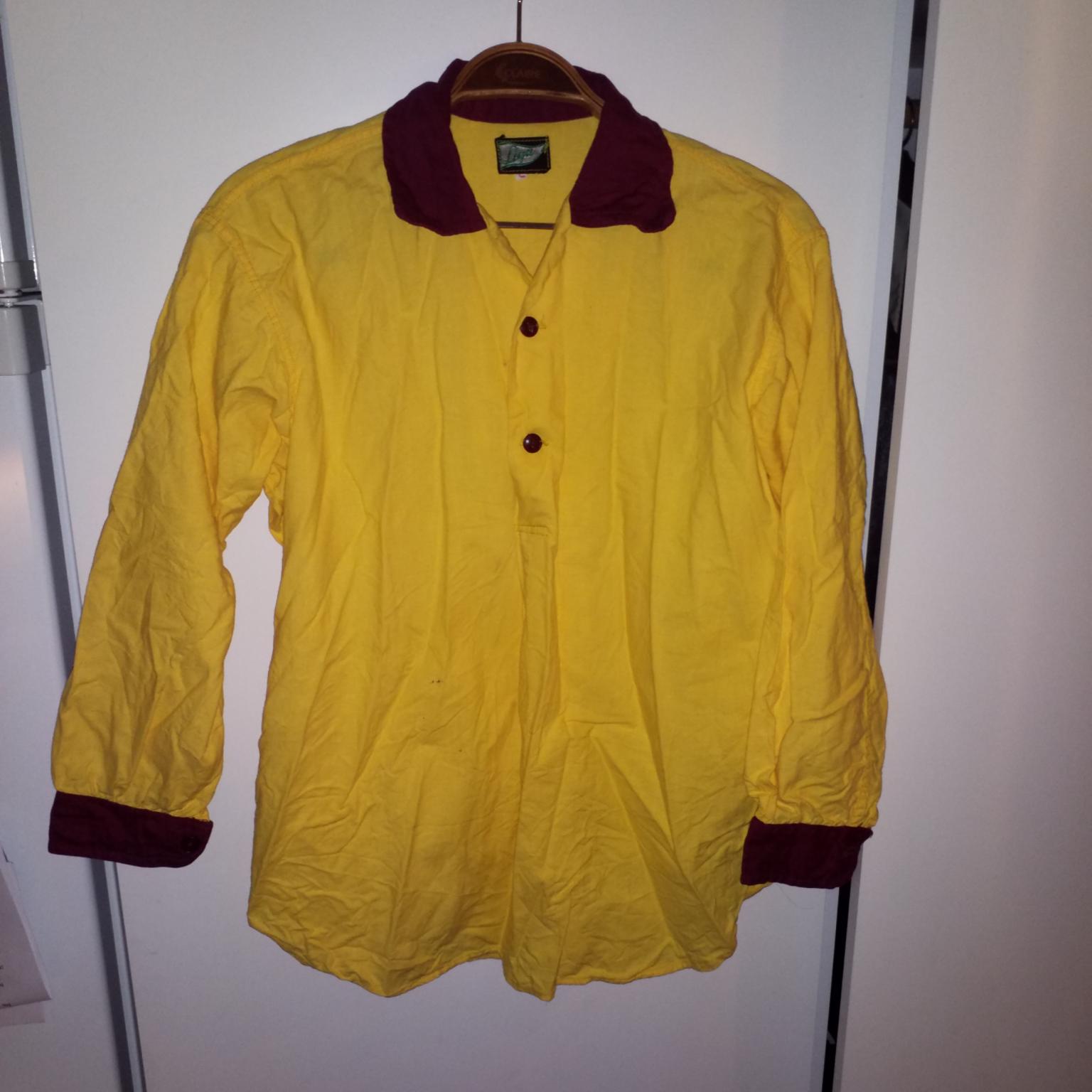 Gul skjorta med röd krage, knappar och ärmslut. Liten fläck som syns på sista bilden som nog går att få bort. Skjortor.
