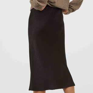 SÖKER! Denna kjol från HM i storlek 36!