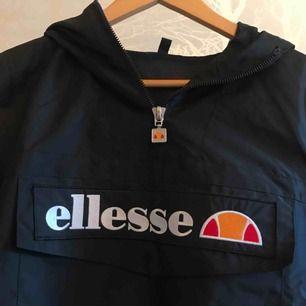 Ellesse Mont Real jacket, nyskick använd 1 gång. Köpt för 900:- jackan är superfin men för liten för min smak:) frakt kan tillkomma