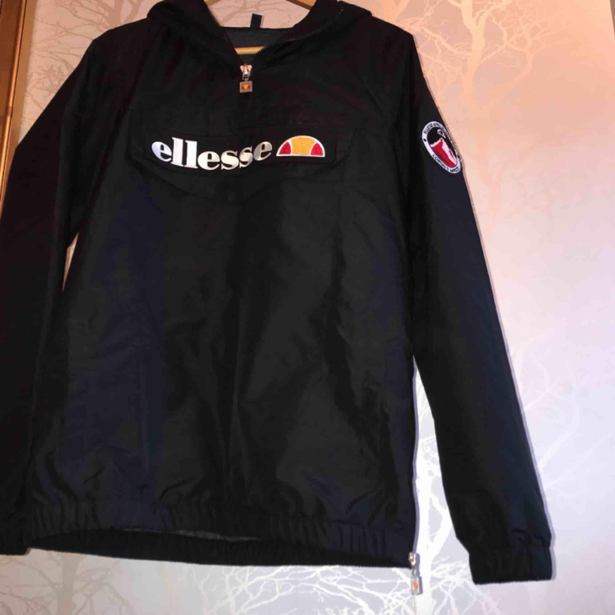 Ellesse Mont Real jacket, nyskick använd 1 gång. Köpt för 900:- jackan är superfin men för liten för min smak:) frakt kan tillkomma. Jackor.