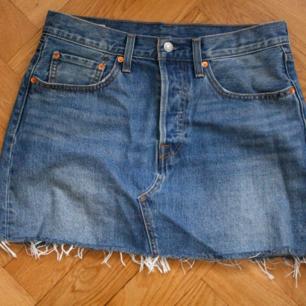 Levi´s Deconstructed Skirt Stl 30 - Stum, vävd kvalitet - Femficksmodell - Slitningar nedtill - Försluts med knappar framtill  Använd 2 gånger! I mycket fint skick Nypris 599:-  Frakt 54kr