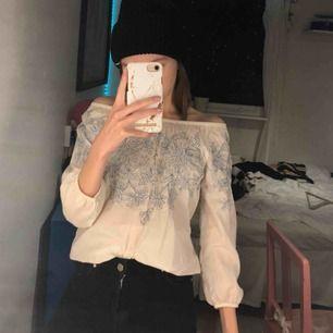Söt blus som både går att använda off shoulder som jag gör, eller som en vanlig tröja. Fint blommönster på 🥰🥰