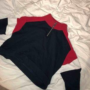 Väldigt cool tröja som enkelt går att styla som man själv vill ha den 💞 sparsamt använd!