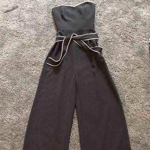 Fin jumpsuit utan axlar från HM  Använd en gång  Nypris 400kr