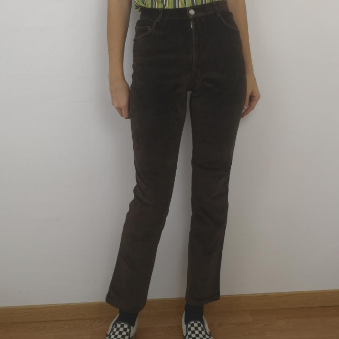 Skitsnygga retro h&m byxor i tjockt sammetstyg, stretchigt material och fin färg. Midjan mäter cirka 73 cm och innerbenslängden mäter cirka 74 cm. Frakten för denna ligger på 63 kr, samfraktar gärna! 👍😌. Jeans & Byxor.
