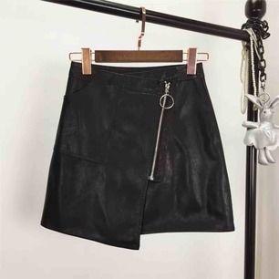 Säljer en helt oanvänd skinn kjol. Super fin och supertrendig. Köpt utomlands