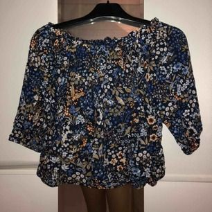 Blommig off shoulder blus