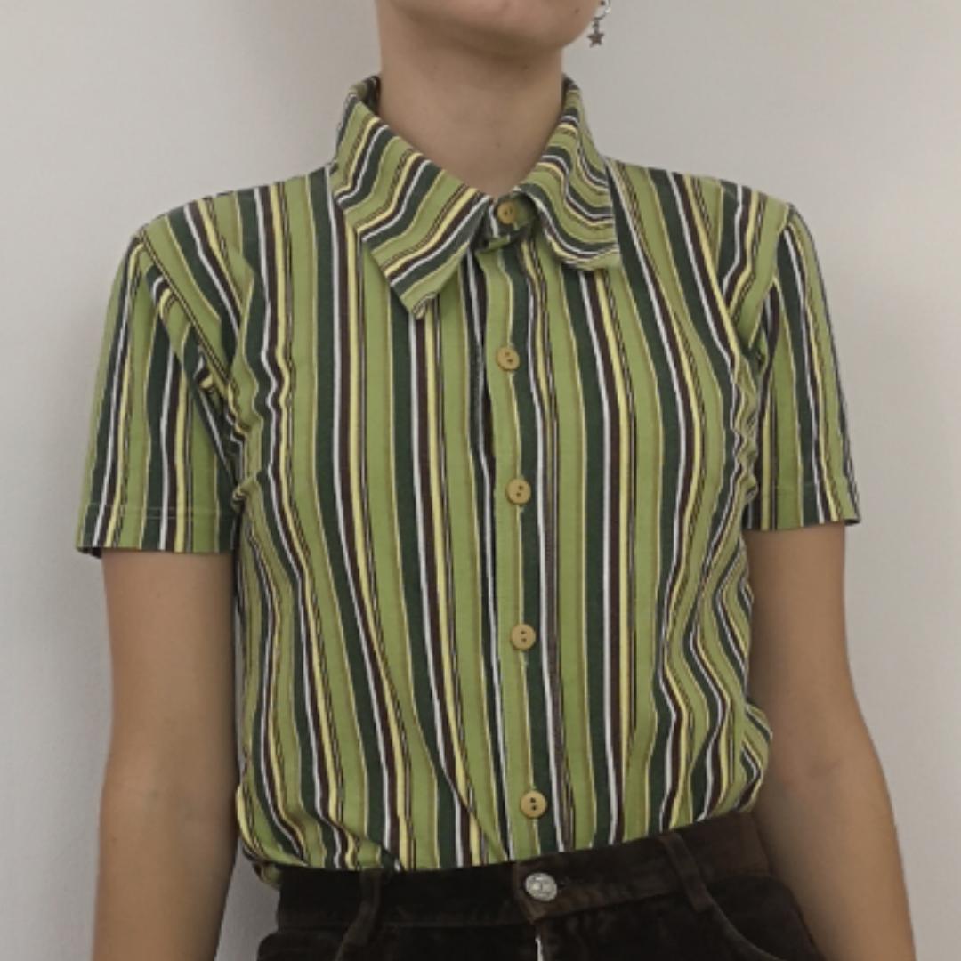 Supercool retro tröja från märket Rocky som jag tror var ungdomsmärket som H&M hade förr under 90-talet, kan ha fel! Men därför är storleken mer som en xs-s än en vuxen medium. Färgen är lite urtvättad men ändå i väldigt fint skick, stretchigt tyg och med knappar hela vägen som går att öppna. Frakten för denna ligger på 36 kr, samfraktar gärna! 😌👍. T-shirts.