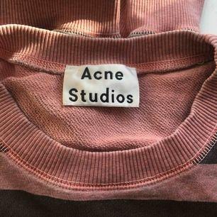 Super snygg sweater från Acne. Väl använd och ganska så urtvättad, men väldigt snygg! Ska vara oversize och detta är storlek S. Passar mig bra som är M! Frakt tillkommer