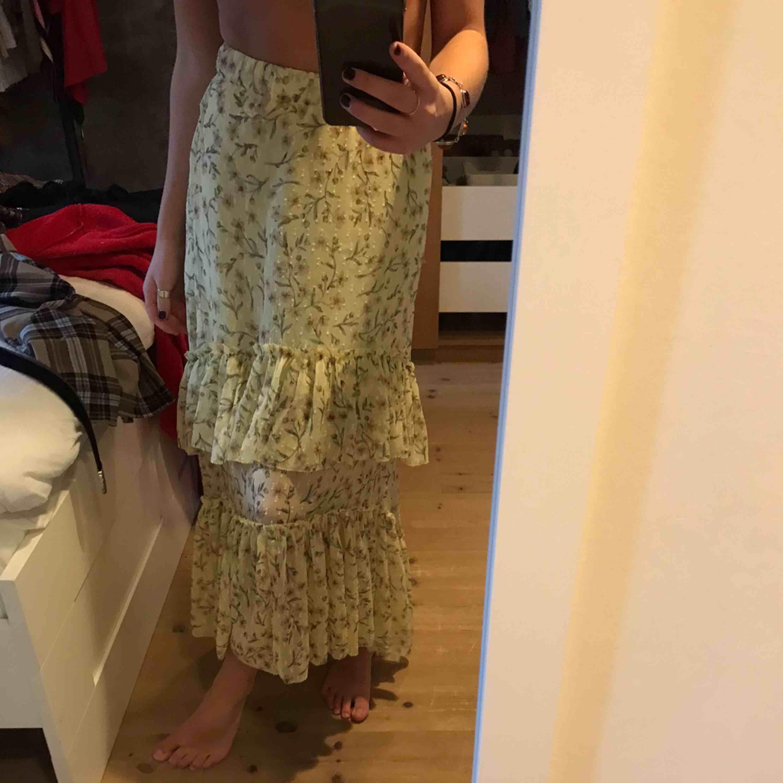 Super fin kjol från Ginatricot💕 Den är ganska stretchig så den passar på en 34-38 skulle jag säga❤️. Kjolar.