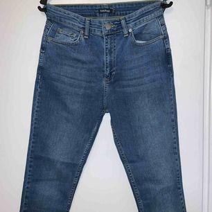 Säljer ett par oanvända blåa jeans från Boohoo i storlek 36. Väldigt stretchiga jeans som är lite större i storleken men formar fint. De är inköpta för 450kr och säljer dem pågrund av att de var stora i storleken.