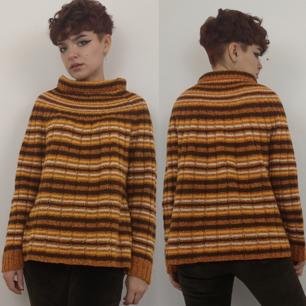 Superduperfin retro stickad tröja med unik vid krage som viker sig dubbelt, står ingen storlek men skulle gissa på att den passar xs-s då jag själv har de storlekarna och den sitter bra på mig. Frakten för denna ligger på 63 kr, samfraktar gärna! 😌👍