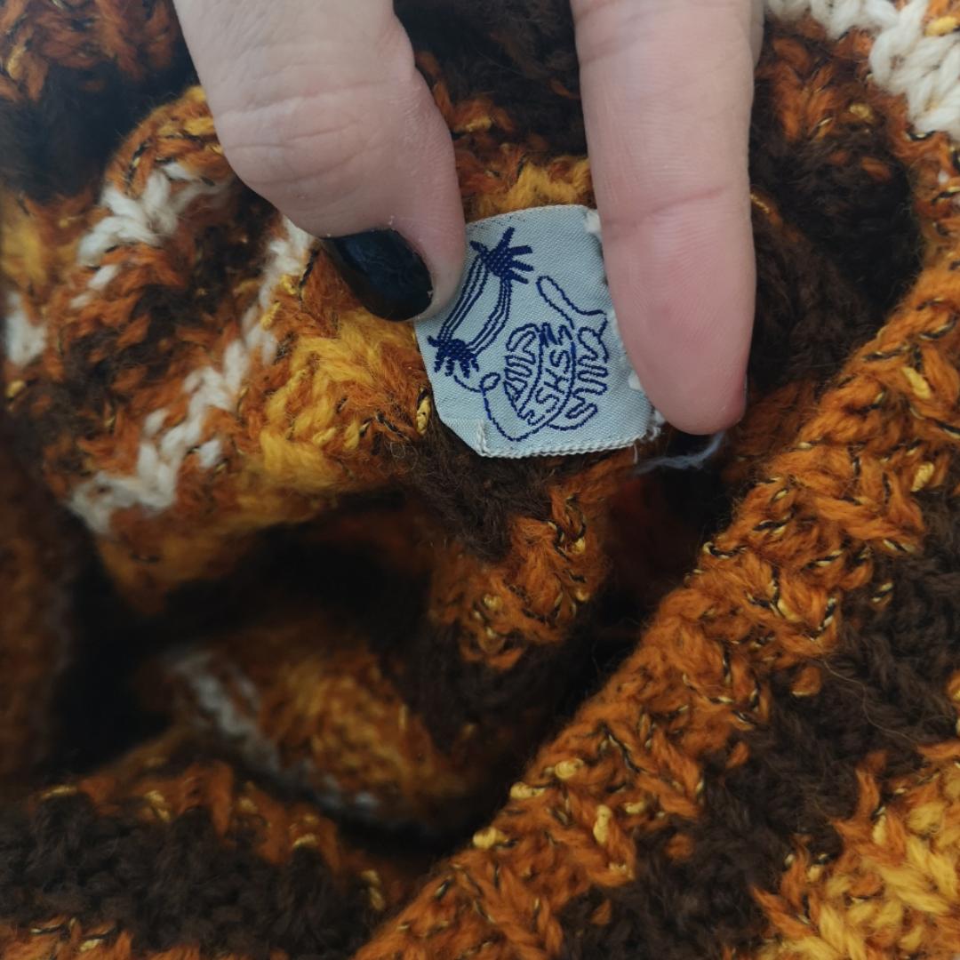 Superduperfin retro stickad tröja med unik vid krage som viker sig dubbelt, står ingen storlek men skulle gissa på att den passar xs-s då jag själv har de storlekarna och den sitter bra på mig. Frakten för denna ligger på 63 kr, samfraktar gärna! 😌👍. Stickat.