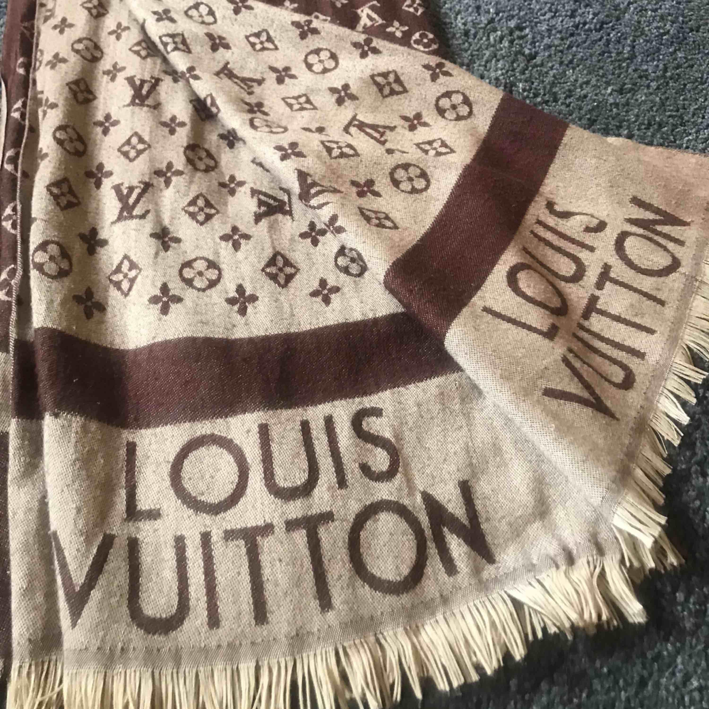 Louis Vuitton halsduk i fint skick. Accessoarer.