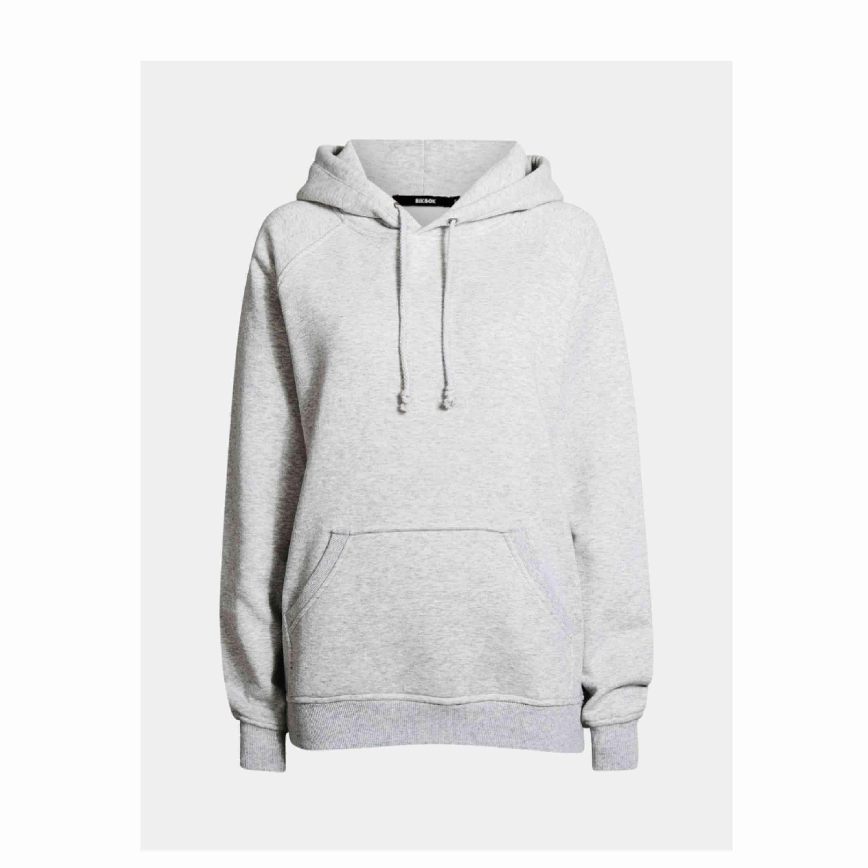 Ljusgrå populär hoodie från bikbok. Jätte bra skick då den knappt är använd. Frakten tillkommer på 63kr men kan även mötas upp i Stockholm . Huvtröjor & Träningströjor.