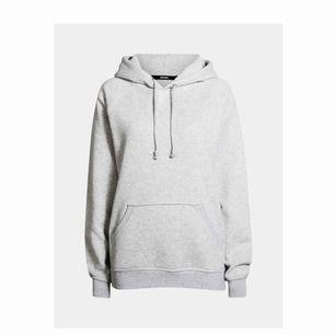 Ljusgrå populär hoodie från bikbok. Jätte bra skick då den knappt är använd. Frakten tillkommer på 63kr men kan även mötas upp i Stockholm