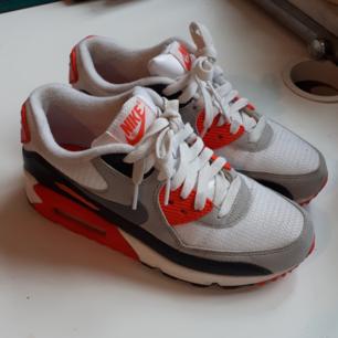 Säljer mina knappt använda  Nike air max. Skorna är i jättefint skick, suoerbekväma dessutom. Säljer dom pga att jag inte använder dom. Köpta för 1200:-  Köparen betalar frakten, kan även mötas upp i Göteborg.