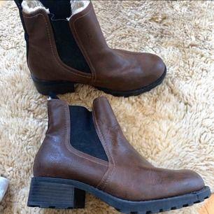 Ur snygga boots från sko punkten i väldigt bra skick! Som nya! Sprayat så de skyddar mot regn och liknande!  Storlek 38 Frakt 105 kr