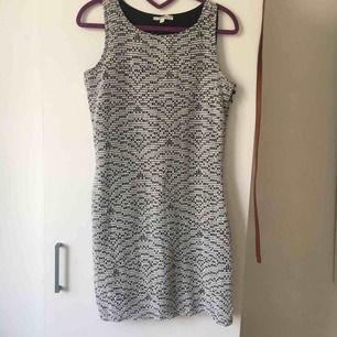svårt och vit klänningen