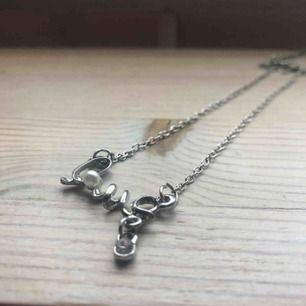 """Silvrigt halsband med texten """"Love"""" ✨"""