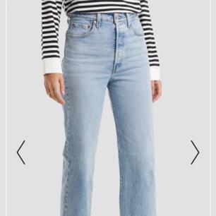 HELT NYA ribcage levis jeans i storlek 25.  Säljer mina nya ribcage jeans pga att dom var för små för mig. Inköpt för 1 månad sedan för 1200:- säljer dom endast för 600 då jag vill bli av med dom.   Köparen står för frakten, kan även mötas upp i Göteborg.