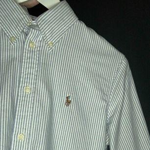 Äkta Ralph Lauren skjorta, modell Slim Fit i storlek S. Nyskick. Vit/blå randig