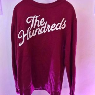 Crewnecktröja av märket The Hundreds. Köpt på Junkyard.se från början (600kr) Använd fåtal gånger och fortfarande i väldigt gott skick.  Frakten är inräknad i priset.