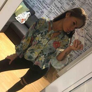 Jättefin blus från Zara med blommigt mönster som inte kommer till användning. Frakt är inräknad. Kan mötas i Skövde och Skara