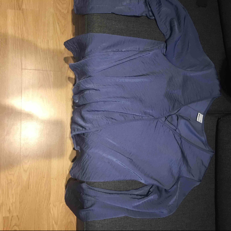 Jättefin blus i silke liknande tyg som inte används mer. Frakten är inräknad i priset, kan mötas i Skara eller Skövde.. Blusar.