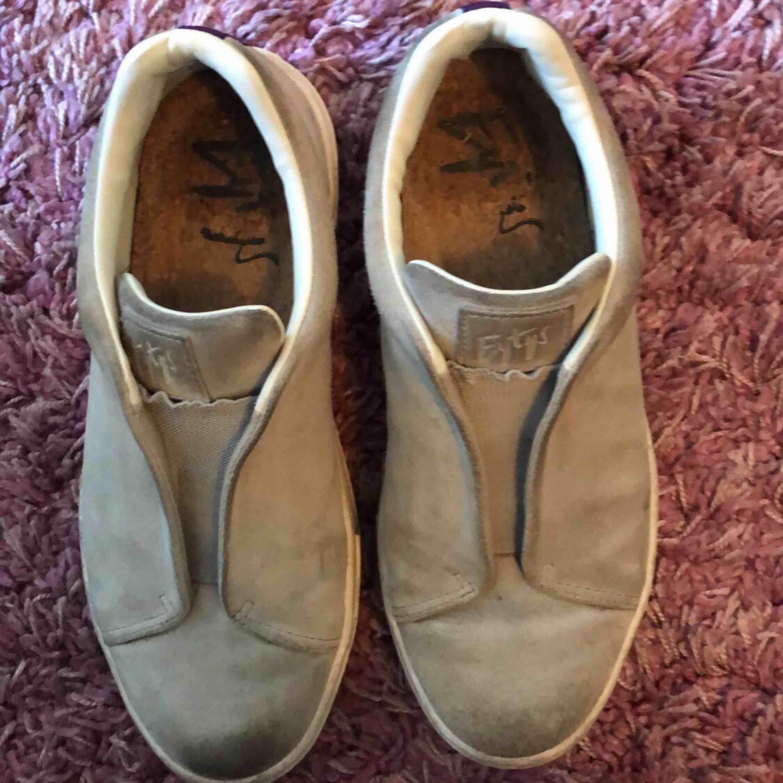 Dom har använts men dom är i relativt bra skick. Jätte sköna.. Skor.