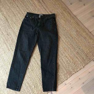 Zupersnygga basic svarta urtväddade jeans i väldigt bra skick